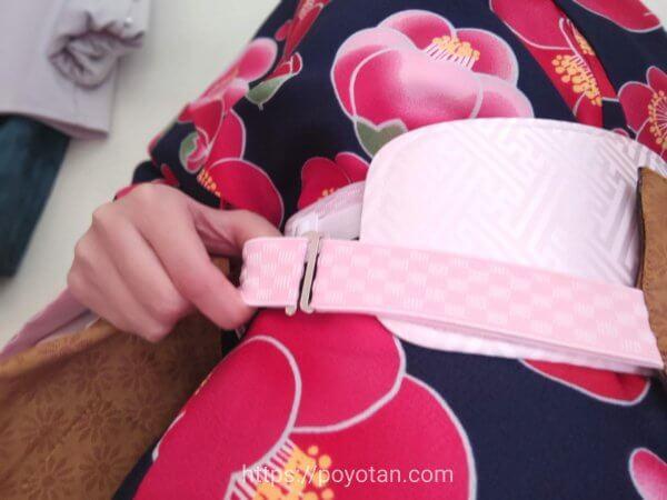 Rcawaii(アールカワイイ)のワンタッチ着物:帯をゴムで固定