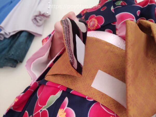 Rcawaii(アールカワイイ)のワンタッチ着物:帯をマジックテープで留める