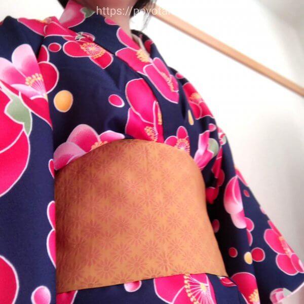 Rcawaii(アールカワイイ)のワンタッチ着物:帯の結び目を後ろにくるっとまわす