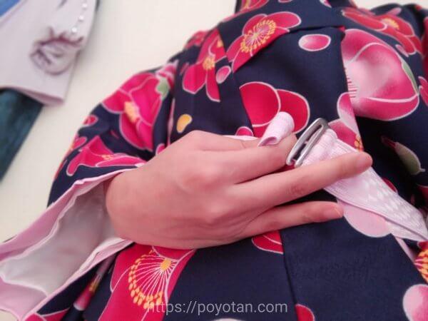 Rcawaii(アールカワイイ)のワンタッチ着物:ゴムを通して着る